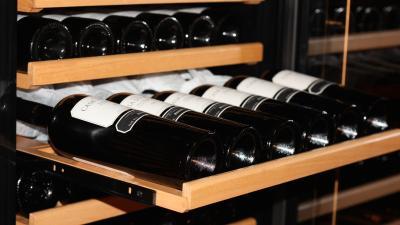Comment peut-on retirer les tablettes coulissantes de l'armoire à vin climatisée ?